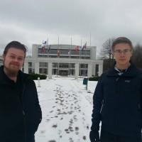 Röd Ungdomin varapuheenjohtaja Filip Särs (oikealla) sekä yksi perustajista Henrik Nurmi (vas) Ahvenanmaan maakuntahallitustalon edessä.