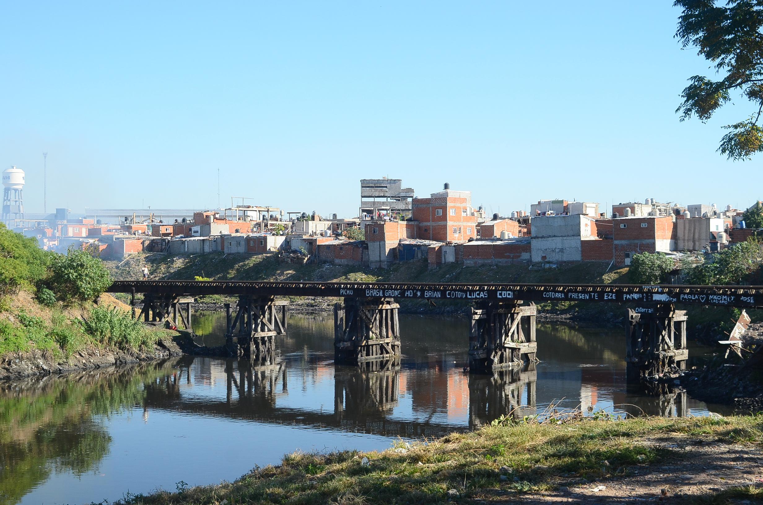 Riachuelon joki erottaa kantakaupungin Buenos Airesin provinssista. Taustalla Villa 21-24.
